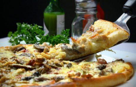 איך אנשים אוהבים לאכול פיצה ברחובות?