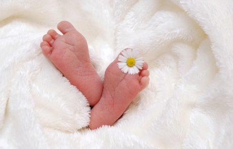 זר פרחים מבגדי תינוקות – לפנק את היולדות ואת התינוקות