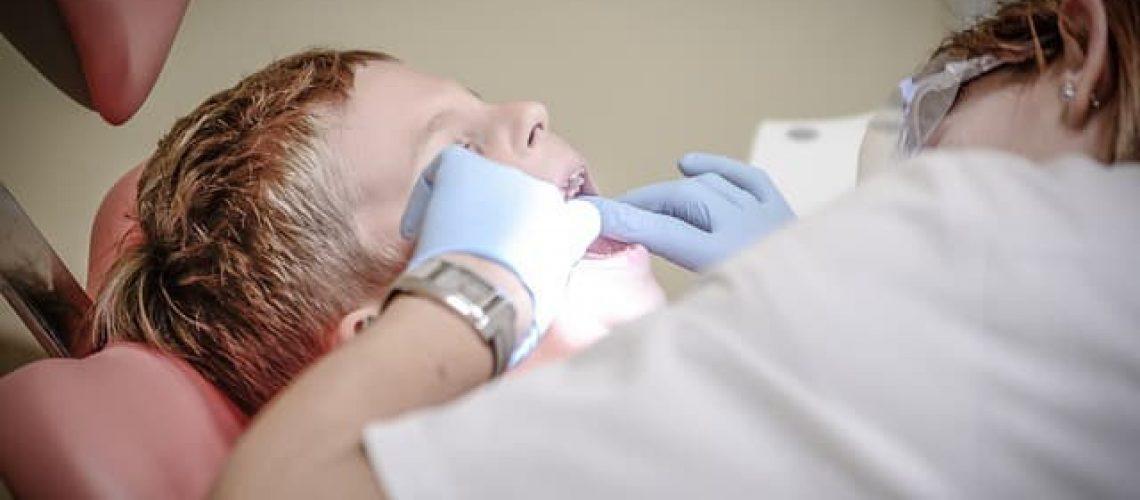 רופאת שיניים לילד