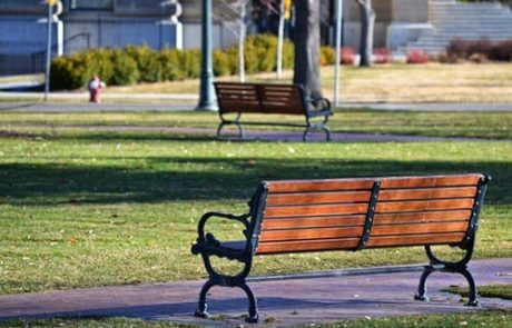 ספסלים ממתכת – האם זה נכון להניח אותם במקומות פתוחים