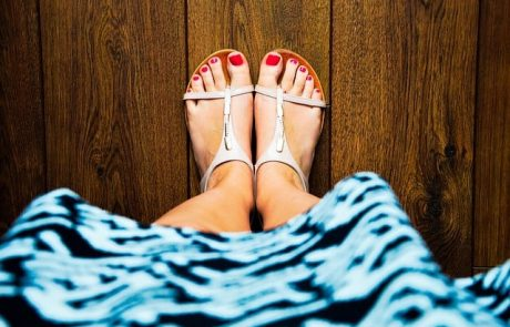 אילו יתרונות בריאותיים יש לסנדלי נוחות על פני סנדלים רגילים?